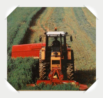 Renault Traktor mit Mähwerk