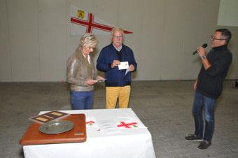 Heidrun und Peter Gutgesell nehmen die goldene Ehrennadel in Empfang