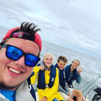 Die Crew der Gerda M auf der Rücküberführung nach Cuxhaven: v.l. Florian Müller, Juli Andres, Elias Leßmeier und Carla Ludwig