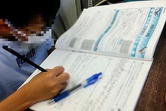 塾では教科書準拠テキスト以外に文章題や図形に特化した問題集も使い,意図的に「考える時間」を作っています。