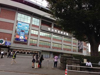 神宮球場の前に 高校が2つも! ビックリ(゜ロ゜屮)屮