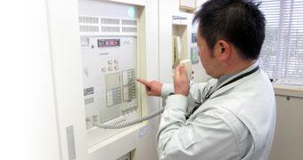 消防設備(自動火災報知設備)の1種「火災受信機」の点検の様子