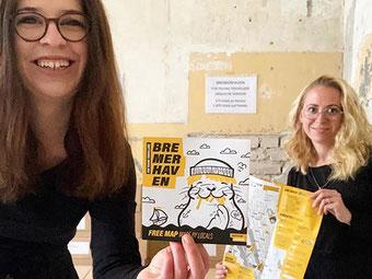 Ann-Kristin Hitzemann und Janina Freistedt mit dem USE-IT Bremerhaven Stadtplan