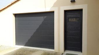 porte de garage sectionnelle grise et sa porte de service - Réalisation FMA Menuiserie Lezay