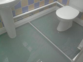 sol en verre dans des wc