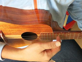 人差し指の爪が弦に当たる位置は、サウンドホールの上ではなく、12フレットあたりの指板の上