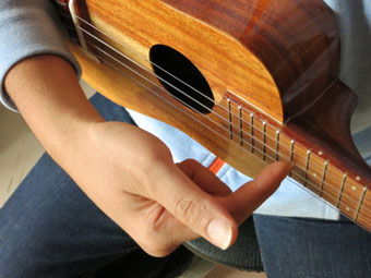 人差し指の爪を弦に垂直にあてる(中指、薬指、小指は握る)