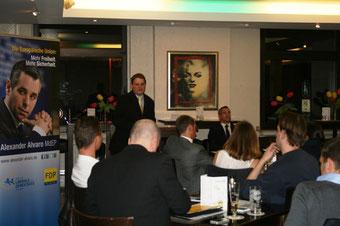 Vizepräsident Alexander Alvaro stellt sich der Diskussion.