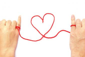 赤い糸は自分で見つけ、二人で結んで一本にします。