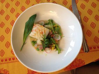 Cabillaud rôti et légumes printaniers jus de coquillages