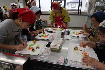 和菓子イベントできんとん餡を貼り付けています。