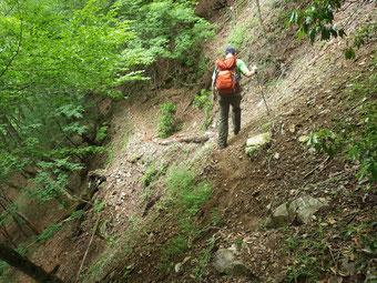 足場の狭い登山道