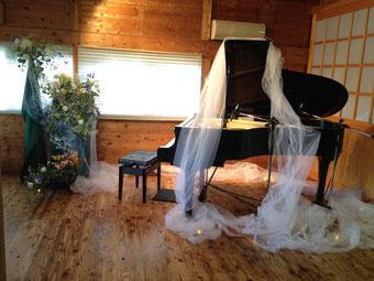 ウォンウィンツァン様ピアノコンサートでの会場装花 ピアノもブェールに包みこみました