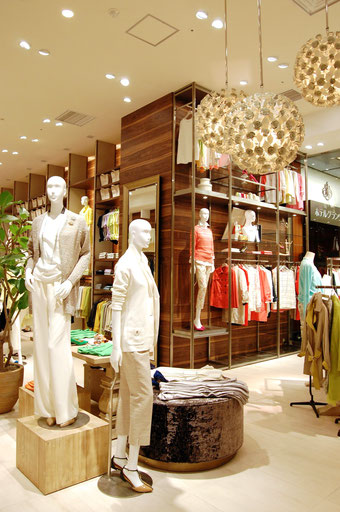 ドゥクラッセ大丸梅田店は売場面積約50坪。カタログ商品のレディス約100点、メンズ約30点をラインナップ。店舗オリジナルのアクセサリーとシューズも並ぶ