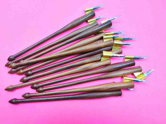 Dip Pen aus Walnuss dunkel: Die Schattierungen des Holzes variieren von einem mittleren Braun bis einem sehr dunklen Braunton