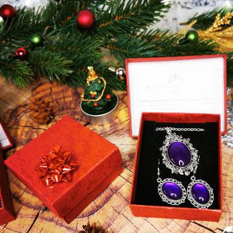 Silbernes Schmuckset in Geschenkverpackung in weihnachtlichem Set