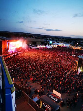 Blick von oben auf Mera Luna Festival Crowd vor der Bühne bei Nightwish Konzert