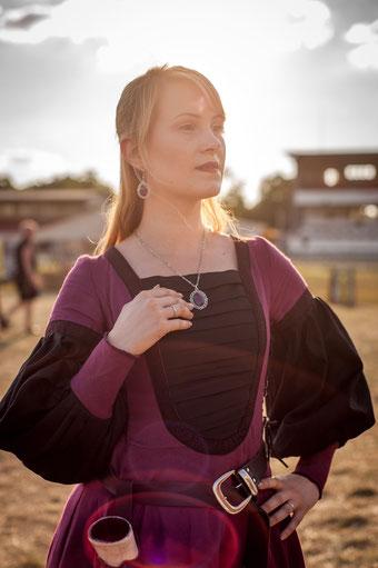 Lillyfee Cosplay in burgund Mittelalterkleid mit silber lila Anhänger und Ohrringen, Foto: CN Foto