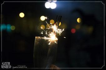 Sektglas mit Wunderkerzen zu Silvester bei Goth United Party