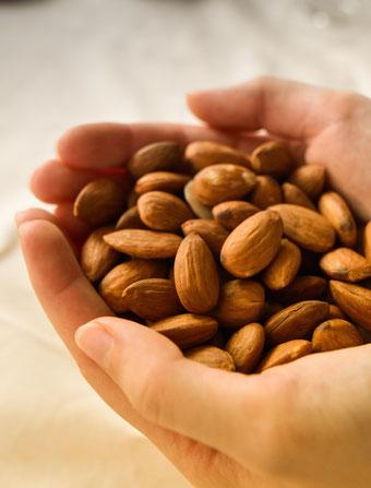 So machst du Mandelmilch mit nur 2 Lebensmitteln selbst | Vegane Alternativen selber machen Part 2 Foto: RiekesBlog