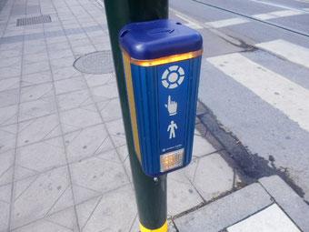 歩行車信号もスウェーディッシュ色