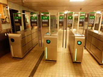 地下鉄の改札 アクリル板製のガード