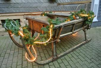 Weihnachtshochzeit - Schlitten - Dekoration - Hochzeitsplaner München - HeimatHochzeit