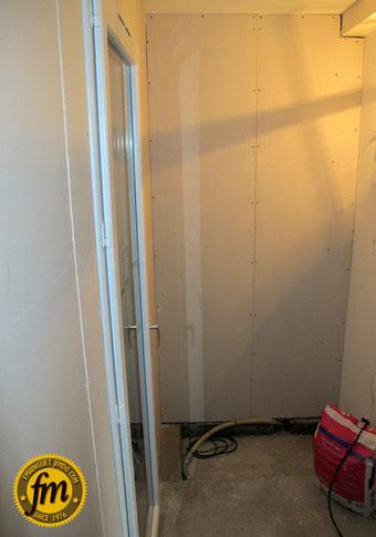Réalisation d'une arrière cuisine sur mesure - pose de la porte
