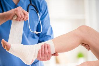 Arzt verbindet ein Bein