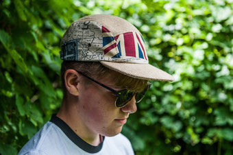 "VanDerElv Limited Edition Berlin Upcycling Flat Baseball Cap ""Fall Beil"" mit Brit-Serie"