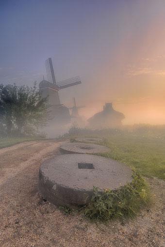 563. Zaanse Schans met mist (4300)