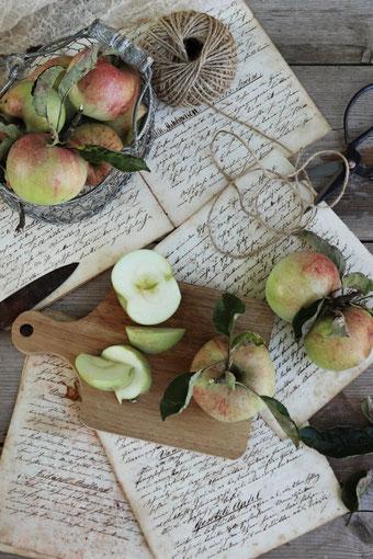 Äpfel auf einem Tisch
