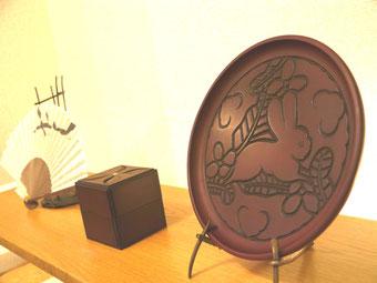 鎌倉彫 丸盆 兎|鎌倉漆工房いいざさ