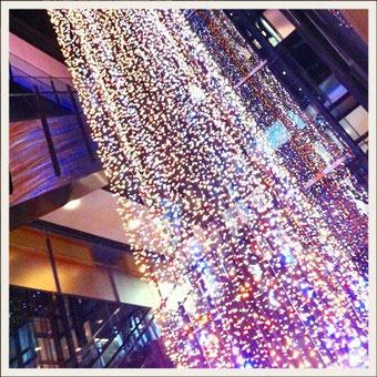 最近よくいく原宿のGYRE.の5階から流れるシャンデリア照明。綺麗でした。まだあるのかな?