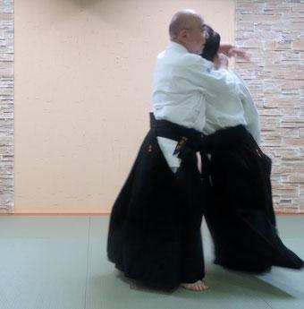 左半身の⑥に相当 受けの左手とその手首を掴む取りの左手が見える。受けの側頸に結ぶ右手にその左手が結ぶ。
