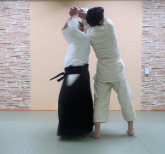 ④両手で振りかぶって四方投げの持ち方で取った方の手背を額に結ぶと体軸は正立し前方回転の軸となる。