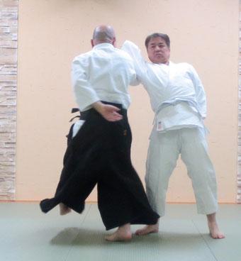 ⑥膝を屈すると回転して着地する。魂氣と魄氣がともに結んで初めて回転が可能となる。