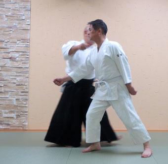 ③左足を後ろから一歩置き換えて逆半身外入り身