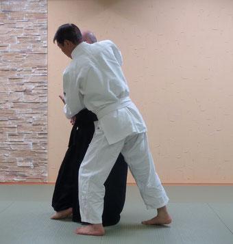 ④右半身・陰の魄氣で左足腰を軸とし・左手は陰の陰で丹田に結ぶ。