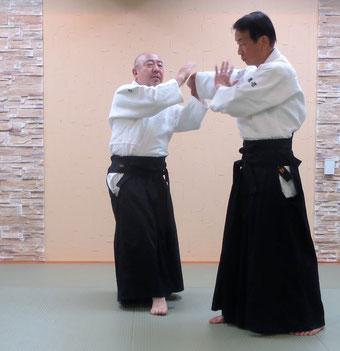 ②右半身に外転換・肘を落として回内から横面打ち逆半身外入り身へ
