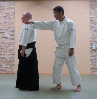 ①触れられた左肩と左足は軸として対側の足先を前に置き換え