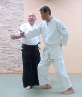 ④左足を軸として右足を前方に寄せ、右半身陰の魄氣に転換