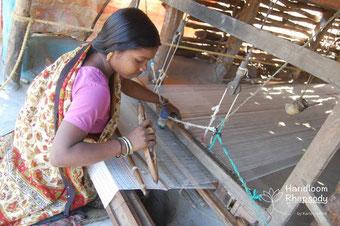 Weberin in Indien am Webstuhl