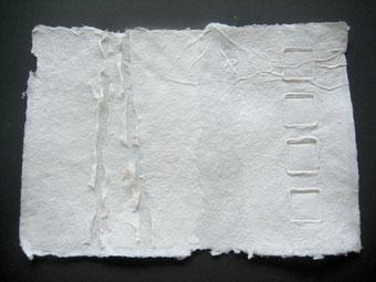 handgeschöpftes Papier mit Prägung und Aufriss der 2, Lage