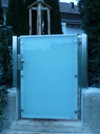 Gartentür aus Edelstahl mit Glas satinato