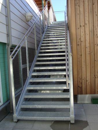 Stahltreppe mit Seilnetzgeländer