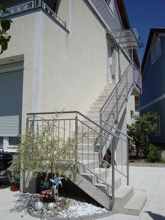 Edelstahlgeländer für Außenaufgang mit Eingangsüberdachung