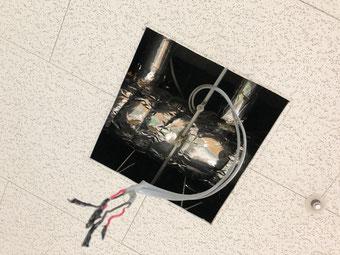 修理の為に埋込型の照明器具を取り外した介護福祉施設の天井
