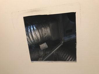 既存のトイレ換気扇が撤去された天井の様子
