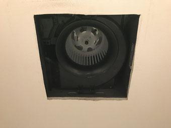 新しいトイレ換気扇の本体が埋め込まれた天井の様子